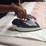 ダニ駆除用のダニスプレーを布団に吹きかける前に、アイロンをかければ効果的!